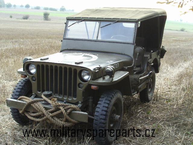 Náš jeep s plachtou z válečného materiálu